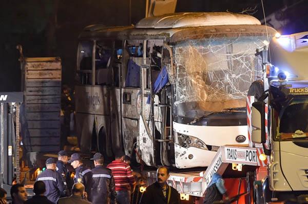 Hiện trường đánh bom xe chở du khách Việt khiến 4 người thiệt mạng. Ảnh: AFP