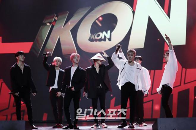 <p> Kết màn, nhóm khiến khán phòng nổ tung với sân khấu B-Day cực sôi động. Các thành viên liên tục tới gần khu vực khán giả khuấy động không khí. Với tình yêu cuồng nhiệt của fan Việt, iKON hứa sớm trở lại tổ chức một buổi biểu diễn khác trong tương lai.</p>