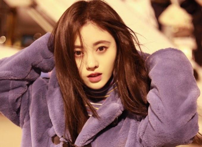 """<p> Cúc Tịnh Y (Ju Jing Yi) sinh năm 1994, là ca sĩ thần tượng, diễn viên người Trung Quốc và là cựu thành viên của nhóm nhạc thần tượng SNH48. Cô bắt đầu nổi tiếng vào năm 2014 sau khi được người hâm mộ Nhật Bản gọi là """"mỹ nữ 4000 năm có một"""". Nhiều fan nhận xét Cúc Tịnh Y có một vẻ đẹp """"băng thanh ngọc khiết"""" như những người đẹp cổ trang trong """"truyền thuyết"""".</p>"""