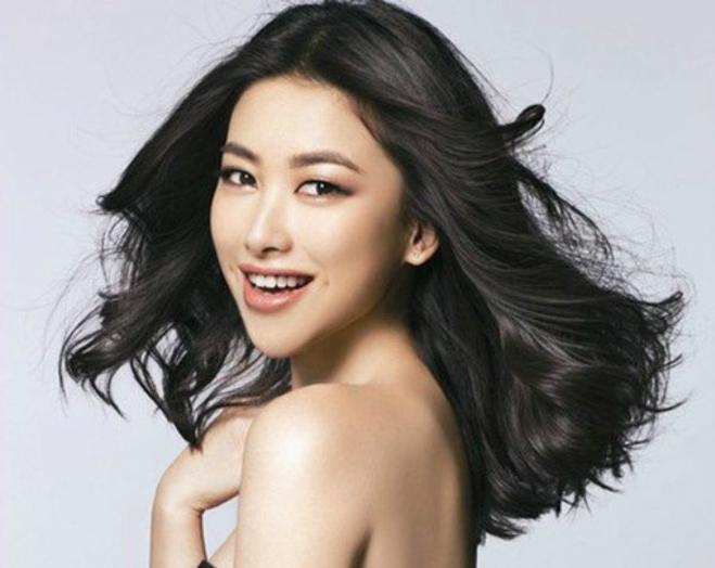 <p> Zhu Zhu sinh năm 1984. Dù là diễn viên, người mẫu nhưng Zhu Zhu được biết đến nhiều nhất khi làm VJ kênh MTV Trung Quốc. Năm 2013, cô từng có cuộc tình ồn ào với đại gia Lapo Elkann, em trai ông chủ CLB Juventus.</p>
