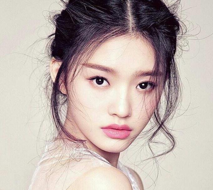 """<p> Lâm Doãn (Lin Yun) sinh năm 1996, là người mẫu, diễn viên trẻ triển vọng. Vẻ đẹp trong sáng của cô được khen ngợi là sự kết hợp giữa Thư Kỳ và Hy Viên. Hiện tại Lâm Doãn đang có mối quan hệ nghiêm túc với """"vua hài"""" Châu Tinh Trì.</p>"""