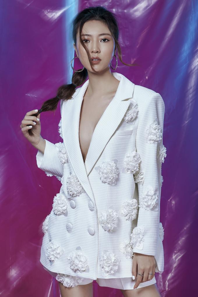 <p> Ngọc Bích xinh đẹp trong những kiểu đầm suông, vest, hay đẩm xẻ cao, đầm dài...</p>
