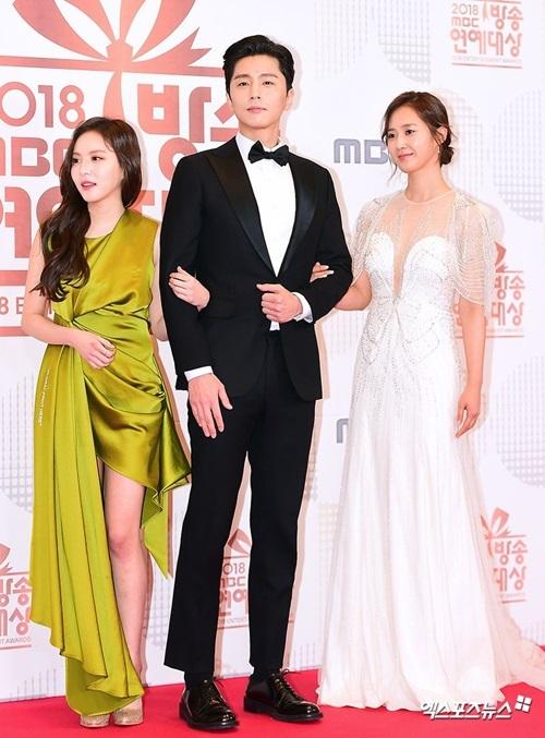 Yuri (váy trắng), Shin Dong Wook (đứng giữa) vàLee Yeol Eum là dàn diễn viên chính của phim ngắn Dae Jang Geum Is Watching.
