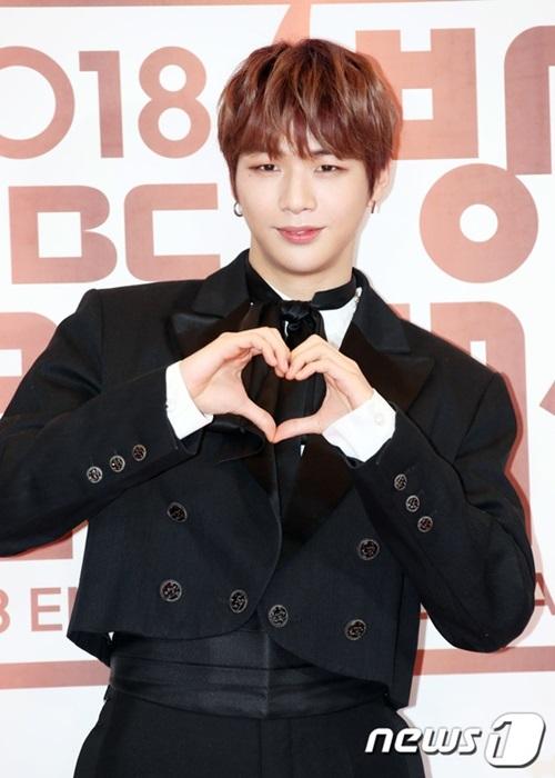 Kang Daniel điển trai như hoàng tử khi xuất hiện trên thảm đỏ.