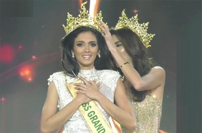"""<p> <strong>2. Tân Hoa hậu Hòa bình Quốc tế <a href=""""https://ione.vnexpress.net/tin-tuc/thoi-trang/tan-hoa-hau-ngat-xiu-khi-dang-quang-miss-grand-international-2018-3829552.html"""">ngất xỉu</a></strong></p> <p> Chung kết Miss Grand International 2018 khép lại tối 25/10 tại Myanmar với chiến thắng thuộc về người đẹp Paraguay - Clara Sosa.</p> <p> Một sự cố bất ngờ đã xảy ra trong giây phút công bố tân Hoa hậu. Thí sinh Paraguay và Ấn Độ cùng nắm chặt tay nhau chờ đợi kết quả khi họ là hai người đẹp xuất sắc nhất còn lại trên sân khấu. Khi được MC xướng tên tân Hoa hậu, người đẹp Paraguay bất ngờ ngã khuỵu xuống. Dù cố gắng, đại diện Ấn Độ vẫn không đỡ được Clara và tân Hoa hậu đã ngã lăn xuống sân khấu rồi bất tỉnh trong vài giây.</p> <p> Ngay lập tức, bộ phận an ninh của BTC chạy lên sân khấu, hỗ trợ tân Hoa hậu. Sau khi tỉnh dậy và đứng lên, Clara đã bật khóc. Cô nhận lại vương miện từ hoa hậu Maria Jose Lora và bước đi những bước đầu tiên trên cương vị mới.</p>"""