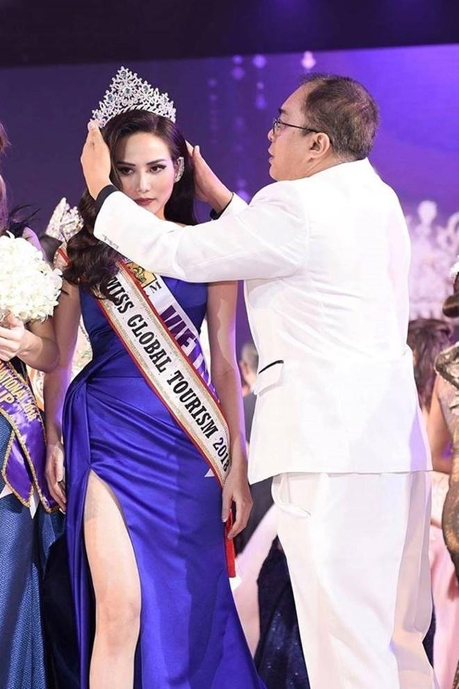 """<p> <strong>3. Ban tổ chức 'quên' trao vương miện cho đại diện Việt Nam</strong></p> <p> Trong đêm chung kết Miss Tourism Queen International 2018 tại Thái Lan, đại diện Việt Nam - Nguyễn Diệu Linh lọt vào top 10 chung cuộc và nhận danh hiệu Miss Global Tourism - Nữ hoàng du lịch toàn cầu.</p> <p> Tuy nhiên, khi trao giải, bộ phận lễ tân của cuộc thi đã quên mang vương miện lên sân khấu chính. Điều này đã khiến Diệu Linh chỉ nhận được dải băng chiến thắng mà không có vương miện đội đầu trong giây phút đăng quang.</p> <p> Sau chương trình, đích thân chủ tịch cuộc thi trao lại vương miện cho Diệu Linh trước sự chứng kiến của tất cả thí sinh. Tuy nhiên, Diệu Linh cho biết cô cũng buồn, bàng hoàng, hụt hẫng khi mình không được trao vương miện trên sân khấu trước mắt mọi người.</p> <p> """"Nữ hoàng Du lịch Quốc tế 2018 được truyền hình trực tiếp tại Thái Lan nên không thể sửa một lỗi nào đó được. Vì vậy, sau khi hết sóng trực tiếp, ban tổ chức tiến hành trao vương miện và dải băng cho tôi.Đó cũng là điều khiến tôi buồn và cảm thấy thiệt thòi nhưng tôi nghĩ rằng, cái gì xảy ra rồi thì thôi đừng nghĩ đến nữa, cứ cố gắng hoạt động để công chúng công nhận"""" - cô nói.</p>"""