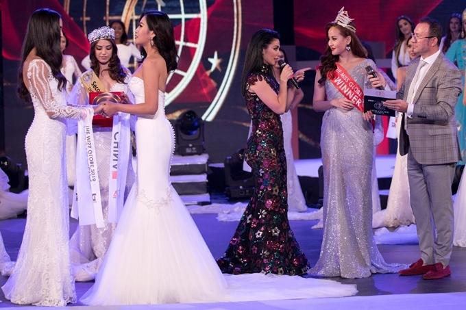 """<p> <strong>4. Nhân viên sân khấu trao vương miện cho Tân hoa hậu</strong><br /><br /> Miss Globe 2017 - Đỗ Trần <a href=""""https://ione.vnexpress.net/tin-tuc/sao/viet-nam/khanh-ngan-bong-dung-mat-quyen-trao-vuong-mien-miss-globe-cho-nguoi-ke-vi-3827659.html"""">Khánh Ngân</a> - xuất hiện tại đêm chung kết Hoa hậu Hoàn cầu 2018 với vẻ ngoài rạng rỡ, xinh đẹp trong chiếc đầm màu bạc lấp lánh. Cô được mời lên sân khấu đọc kết quả người chiến thắng trong đêm thi nhưng không được trao vương miện cho Tân hoa hậu.<br /><br /> Thay vào đó, một nhân viên sân khấu - người có nhiệm vụ mang vương miện ra - đã vội vàng trao luôn cho Tân hoa hậu, khiến Khánh Ngân """"đứng hình"""" trong giây lát. Bởi thông thường, đương kim hoa hậu sẽ trao vương miện cho người kế vị.<br /><br /> Khánh Ngân lý giải với <em>iOne</em> sự cố xảy ra do bị quá giờ truyền hình trực tiếp nên ban tổ chức đã phải đẩy các hoạt động lên. Lễ tân của sự kiện không hiểu hết mọi việc nên đã tự trao vương miện cho người chiến thắng.<br /><br /> Dù vậy, Khánh Ngân không giấu nổi thất vọng: """"Tôi đã rất bất ngờ và không giấu nổi cảm xúc thất vọng lúc này. Tôi đã chuẩn bị rất kỹ để tới Albania làm nhiệm vụ của mình. Khi sự việc xảy ra trên sân khấu, tôi quay sang nhìn mọi người và cũng không ai hiểu chuyện gì đang xảy ra"""".<br /><br /> Khánh Ngân cho biết, đây thực sự là sự cố hy hữu, không may cho cả cô và tân Hoa hậu. Ban tổ chức cuộc thi cũng đã gửi lời xin lỗi đến Khánh Ngân.</p>"""