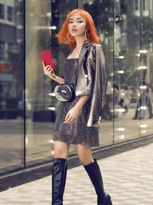 Đẳng cấp thời trang của Châu Bùi được chứng minh bằng việc dù diện lại váy của loạt mỹ nhân nhưng cô nàng trông vẫn đầy khác biệt. Hot girl không có vóc dáng quá chuẩn mực vì thế thiết kế này hơi rộng dài so với cô nàng. Tuy nhiên người đẹp lại có lối mix thú vị khi diện cùng jacket, túi đeo ngang hông và boots cao đến gối, biến bộ đầm quyến rũ trở nên đầy cá tính.