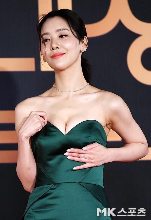 Nữ diễn viên Cha Joo Young chọn một chiếc váy không hề vừa vặn với vòng một khủng. Cô vừa phải chỉnh sửa vừa phải giữ ngực khi tạo dáng.