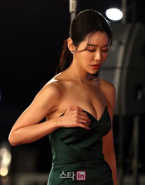 Cha Joo Young trở thành chủ đề bàn tán vì những khoảnh khắc xấu hổ trên thảm đỏ.