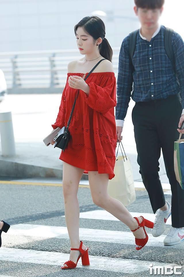 <p> Hồi tháng 6, fan từng 'kêu trời' khi stylist cho Irene diện chiếc váy này. Màu đỏ rất hợp với nước da trắng bóc nhưng kiểu dáng lại 'phơi bày' hết nhược điểm của cô nàng. Chiếc váy quá ngắn và rộng khiến cho Irene trở nên ngắn một mẩu, nhìn thấp đã đành, lại còn tròn trịa hơn thấy rõ.</p>