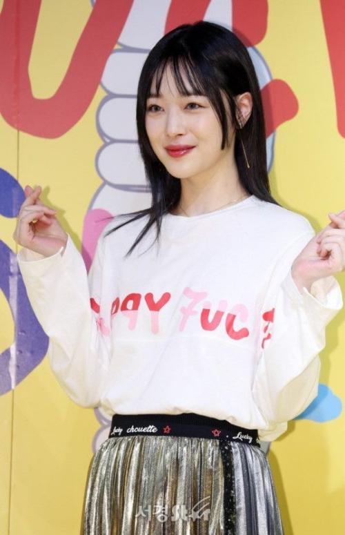 Chiều 31/12, Sulli gây chú ý khi xuất hiện tại một sự kiện ở Seoul. Như thường lệ, ngoại hình của cô nàng là tâm điểm bàn luận của netizen xứ Hàn.
