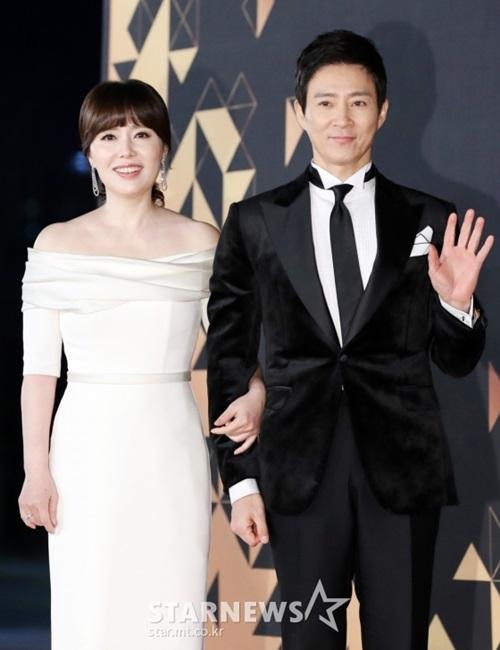 Cặp vợ chồng Choi Soo Jung - Han Hee Ra thể hiện tình cảm trên thảm đỏ.