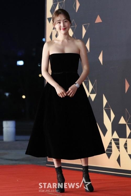 Han Hae Jin khoe vẻ đẹp không tuổi và gu thời trang cá tính.