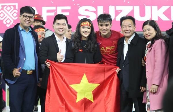 Duy Mạnh ăn mừng chiến thắng bên bạn gái xinh đẹp sau khi cùng tuyển Việt Nam vô địch AFF Cup 2018.