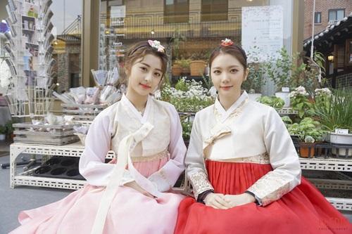 Lee Ga Eun và Heo Yu Jin của công ty Pledis tung bộ ảnh mặc Hanbok mừng năm mới.