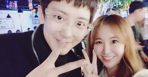 Chan Yeol (EXO) chụp ảnh cùng đồng nghiệp trong phim Hồi ức Alhambra.