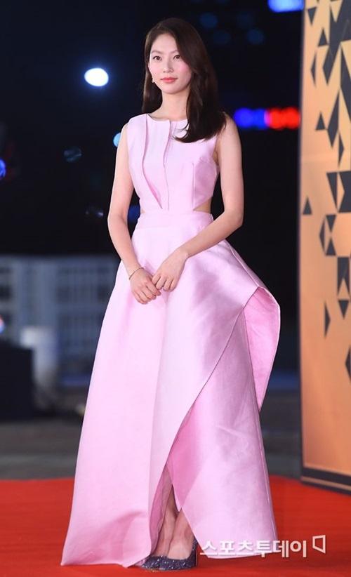 Gong Seung Yeon đẹp ngọt ngào với chiếc váy hồng. Chị gái của Jeong Yeon (Twice) có nhan sắc đáng nể.