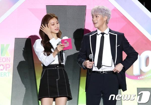 Cặp thứ 6 là Moon Bin (ASTRO) và... Do Yeon (Weki Meki). Hai thần tượng này từng là bộ đôi MC trong chương trình Incheon K-Pop Concert hồi tháng 9/2018.