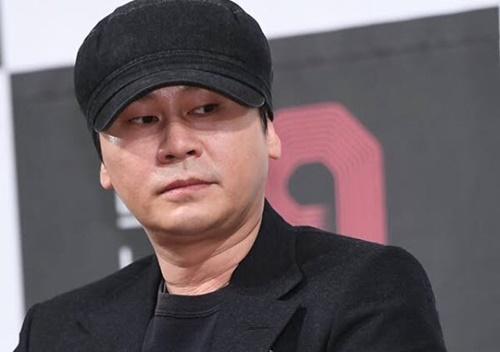 YG chắc hẳn đang nhắn tin cháy máy cho con gái cưng Jennie. Cô nàng đã phá luật cấm hẹn hò, điều mà mọi nghệ sĩ tại công ty này đều tuân thủ nghiêm ngặt.