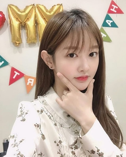 Mimi (Gugudan) tổ chức tiệc sinh nhật trong ngày đặc biệt nhất trong năm. Nữ ca sĩ livestream để nói chuyện với người hâm mộ.
