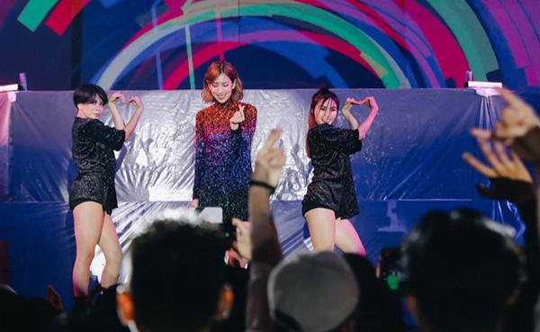 Trong bộ trang phục đính pha lê nhiều màu sắc, Min đã thể hiện những bản hit: Có em chờ, Yêu, Hôn anh.... khiến fan hò reo.