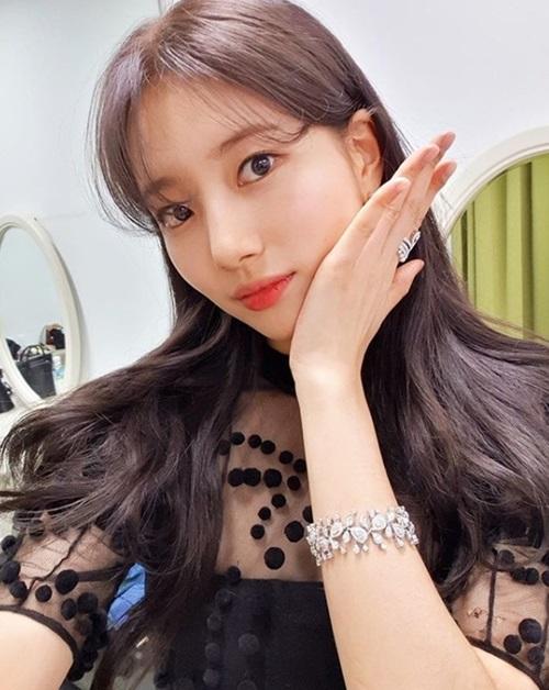 Trong ngày đầu năm 2019, Suzy chiêu đãi người hâm mộ bức ảnh selfie lung linh.