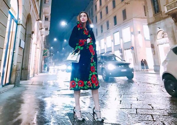 1,2 tỷ đồng là giá của chiếc áo khoác lông mà Hà Hồ đang diện.Ngoài chi tiết thêu hoa đỏ bắt mắt chạy dọc viền áo, mặt trong chiếc áo lông chồn còn lót nhung satin cao cấp, in hình chú hổ với phong cách đặc trưng của Gucci.