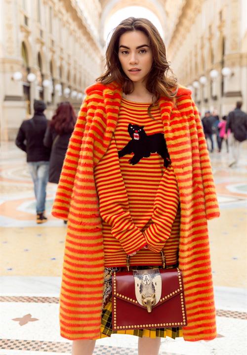 Người đẹp còn từng khoe street style trên đường phố Milan với chiếc áo kẻ ngang pha màu vàng - da cam bắt mắt, có giá hơn 850 triệu đồng.