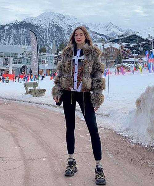 Những thiết kế này có mức giá từ vài trăm triệu đồng cho đến cả tỷ đồng một chiếc. Áo khoác lông vừa giữ ấm tốt, vừa hợp với vẻ ngoài kiêu sa, sắc sảo của Hà Hồ.