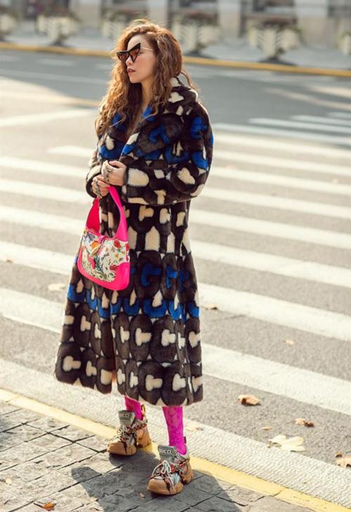 Bộ sưu tập áo khoác lông của người đẹp có hàng chục chiếc khác nhau, đa phần trong số đó đến từ thương hiệu Gucci. Màu sắc sặc sỡ là một trong những đặc trưng của các kiểu áo này. Trong hình, người đẹp đang diện món đồ có giá 200 triệu đồng.