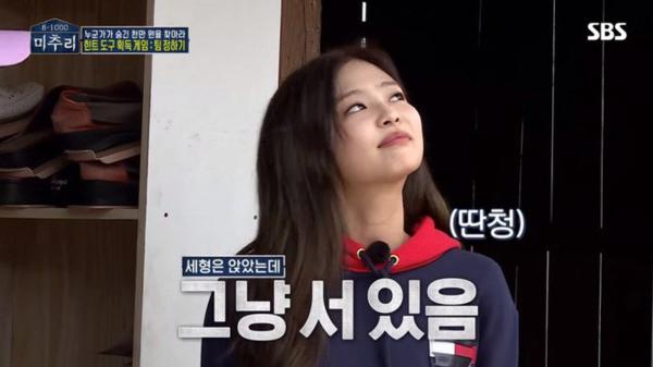 YG khắt khen chuyện hẹn hò nhưng Jennie không quan tâm.