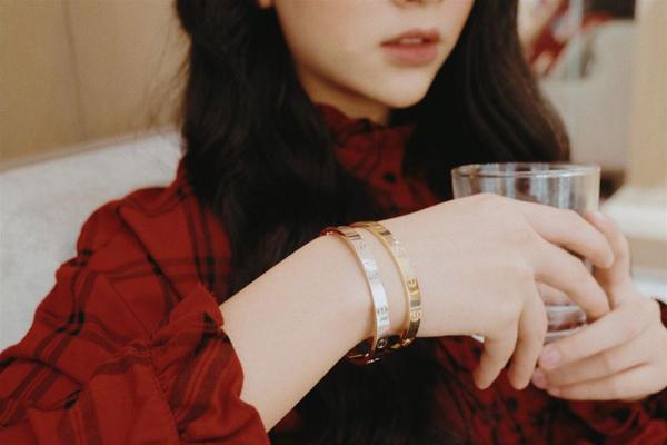 Đeo vòng Love đôi cũng là sở thích quen thuộc của Quỳnh Anh Shyn. Điều đặc biệt ở chiếc vòng lấp lánh này là không chỉ phù hợp với phong cách sang trọng mà còn có thể mix cùng đồ cá tính.