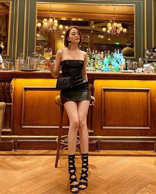 Chiếc váy quây đen ôm sát giúp Thiều Bảo Trang khoe đường cong như Barbie. Cô nàng kết hợp cùng túi đeo ngang hông và sandals rất sành điệu.