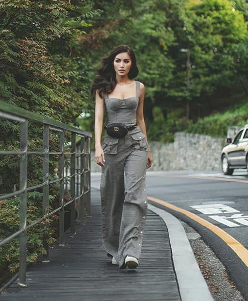 Thiết kế jumpsuit ống loe khiến Minh Tú trông nhỏ bé hơn thường lệ, tuy nhiên lại đầy cá tính, trẻ trung.