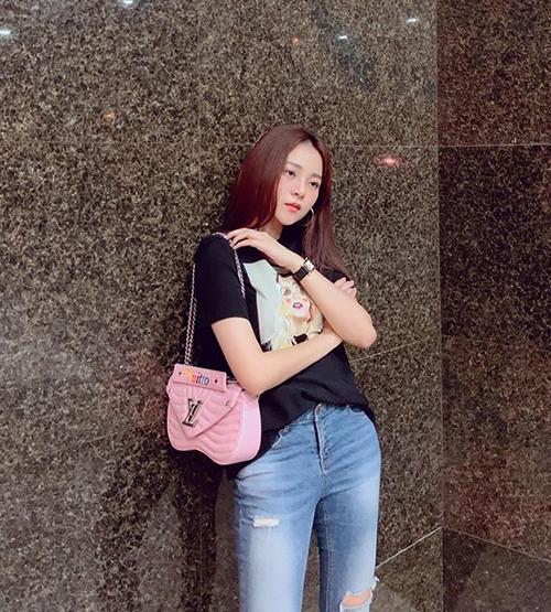 Tam Triều Dâng khoe chiếc túi hàng hiệu sang chảnh mới sắm.