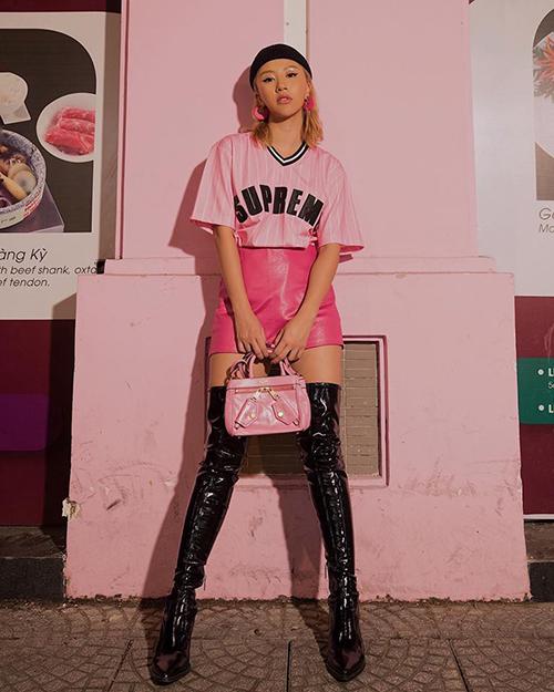 Quỳnh Anh Shyn chứng minh tài cao tay phối đồ khi biến màu hồng vốn sến rện trở nên đầy hiện đại. Đôi boots đen bóng cao ngang đùi là một điểm nhấn sáng giá trên set đồ.