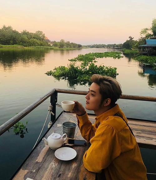 Thanh Duy ngồi thưởng thức cà phê giữa sông nước Thái Lan.