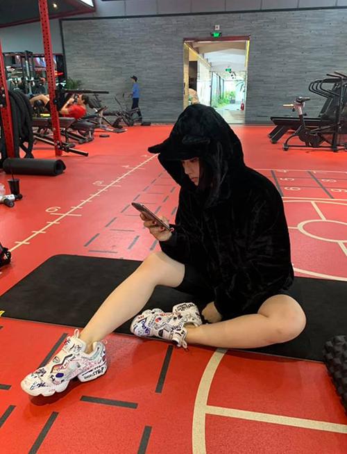 Miu Lê đến phòng tập gym để tập thì ít mà để... chụp ảnh thì nhiều.