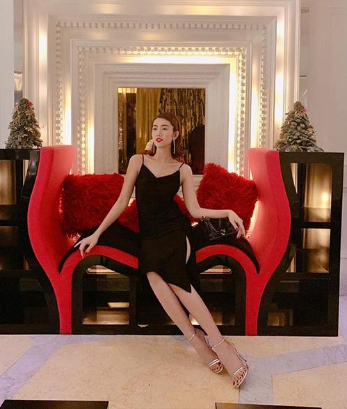 Thúy Ngân mặc đồ lả lơi tôn vóc dáng trong chuyến du lịch Singapore.