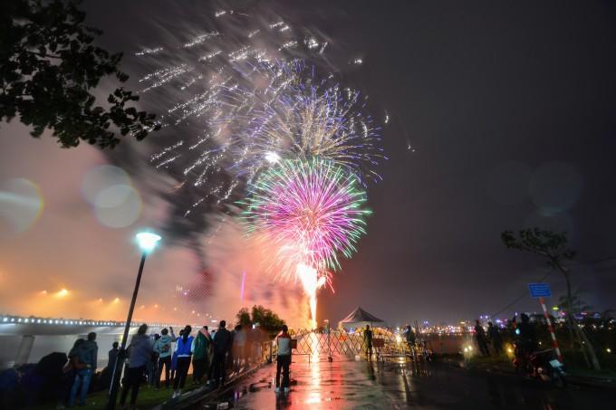 <p> Hàng nghìn người dân, bạn trẻ đổ về hai bên bờ sông Hàn để tìm vị trí thuận lợi chiêm ngưỡng pháo hoa.</p>