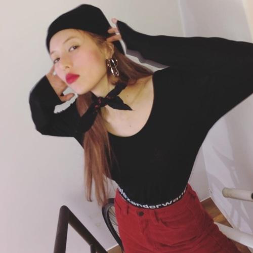 Nhan sắc của Hyun Ah ngày càng gây thất vọng. Nữ ca sĩ lộ khuôn mặt gầy gò, cách make up quá đà.