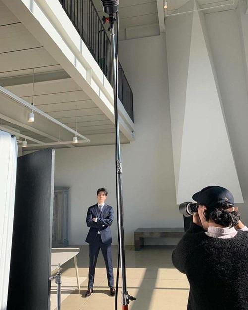 Lee Dong Wook điển trai trong bức ảnh hậu trường.
