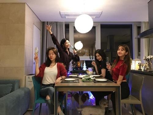 Girls Day vẫn giữ mối quân hệ thân thiết, cùng tổ chức tiệc mừng năm mới.