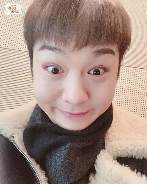 Chang Sub (BTOB) gây cười với biểu cảm độc khi chụp ảnh selfie,