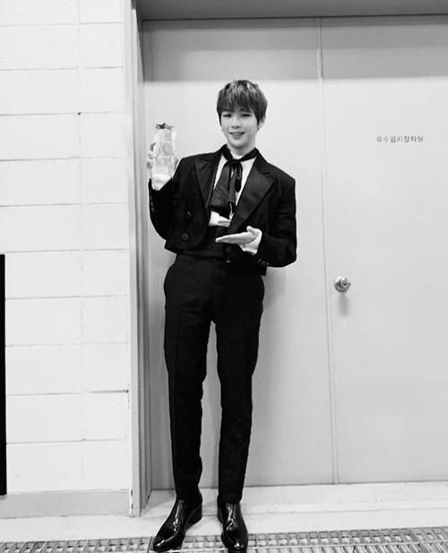 Kang Daniel khiến người hâm mộ ngưỡng mộ vì có đôi chân dài siêu thực.