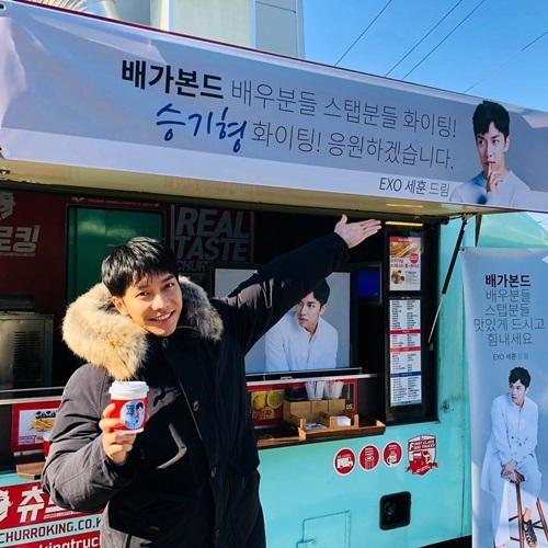 Lee Seung Gi khoe xe tải cà phê do thành viên EXO gửi tặng đến phim trường.