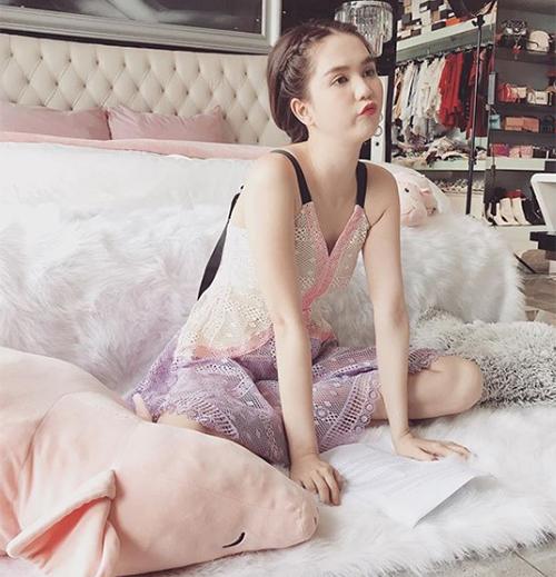 Ngọc Trinh ngây thơ chẳng khác gì trẻ con trong căn phòng đúng kiểu công chúa.