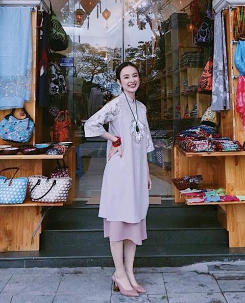 Bất chấp trời Hà Nội giá lạnh 9 độ C, Angela Phương Trinh vẫn tươi như hoa trong bộ áo dài cách tân dáng ngắn mỏng manh. Chính cô nàng cũng phải phục lăn khả năng chịu lạnh của mình để có hình ảnh đẹp.