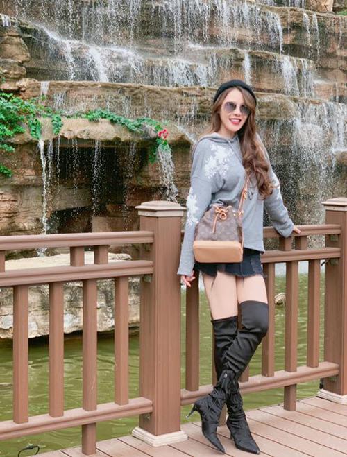 Quế Vân cũng có tài chịu lạnh chẳng kém cô em thân thiết với bộ đồ sexy không kém khi đi du lịch mùa đông.